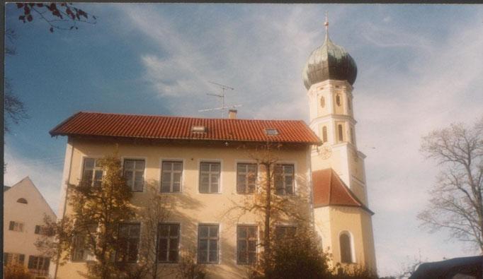 Geburtshaus von Heinz Traimer. Das Schulhaus von Schondorf am Ammersee (Bayern).