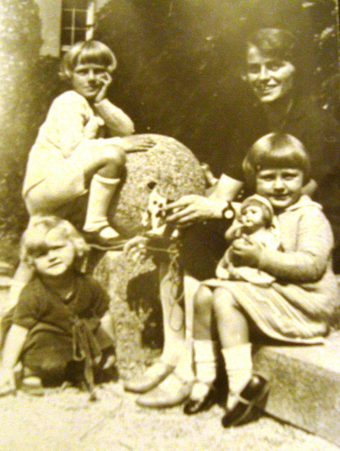 Heinz mit seinen beiden Schwestern und Mutter (um 1930).