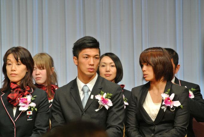 個人賞を受賞した柔道女子の松本薫選手(右)とボクシング男子の村田諒太選手(中央)-毎日スポーツ人賞