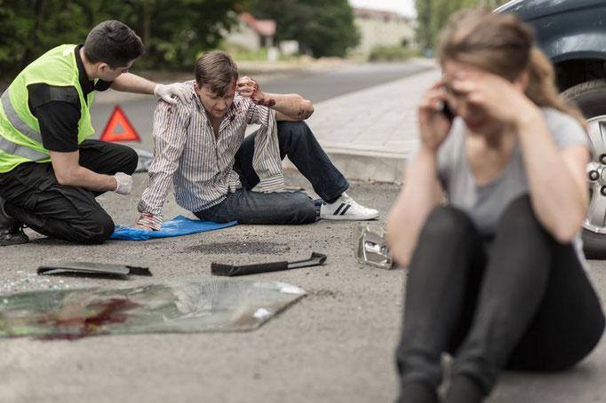 Frau ruft nach dem Crash an - Notruf