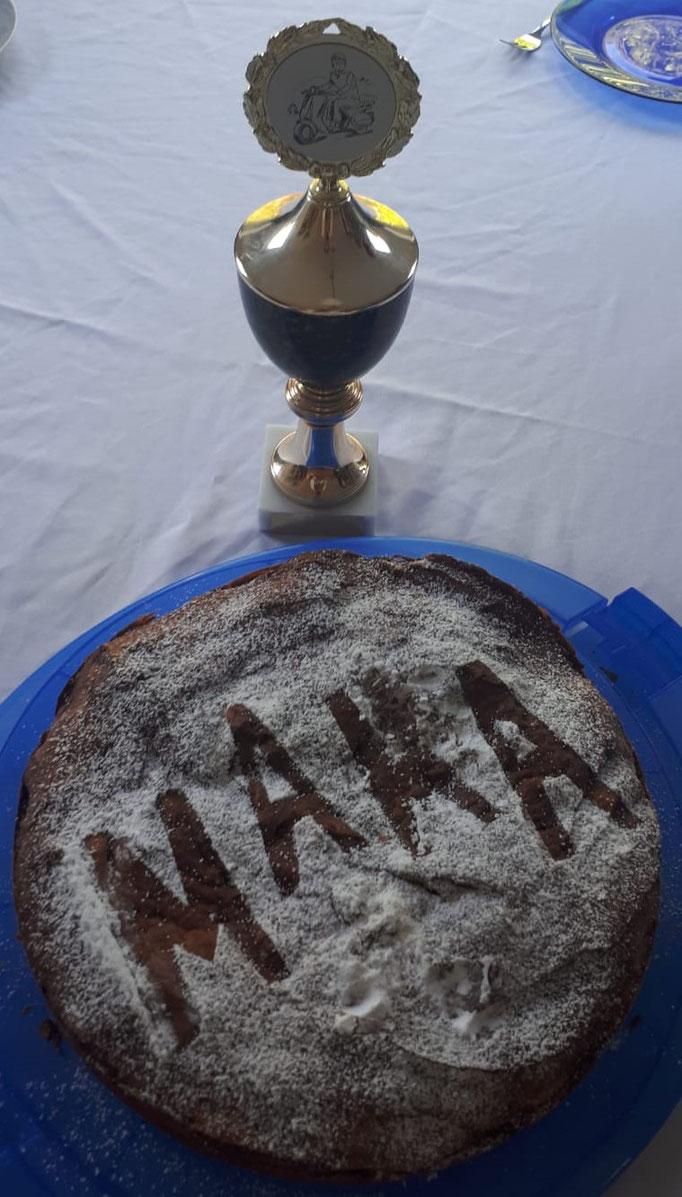Muttertag. Kuchen unserer Tochter und Papa gab den Pokal für die beste Mutter von allen dazu. Stammt vom Treffen aus Mannheim 1997. Von dem Pot würde ich mich trennen. Mach mal ein Angebot.