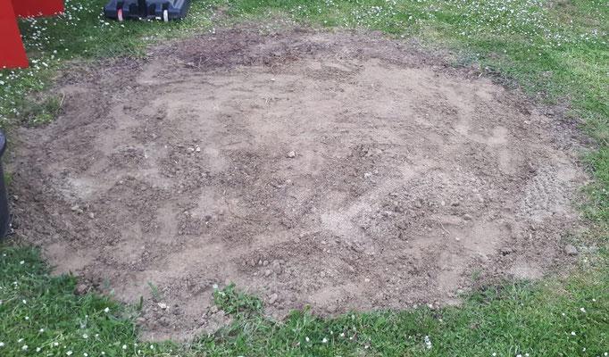 Hier stand mal ein großes Trampolin. Jetzt ist der Boden bereit gemacht, um zu einem Grillplatz umgebaut zu werden. Drei Stunden Rindenmulchwegschaufeln...