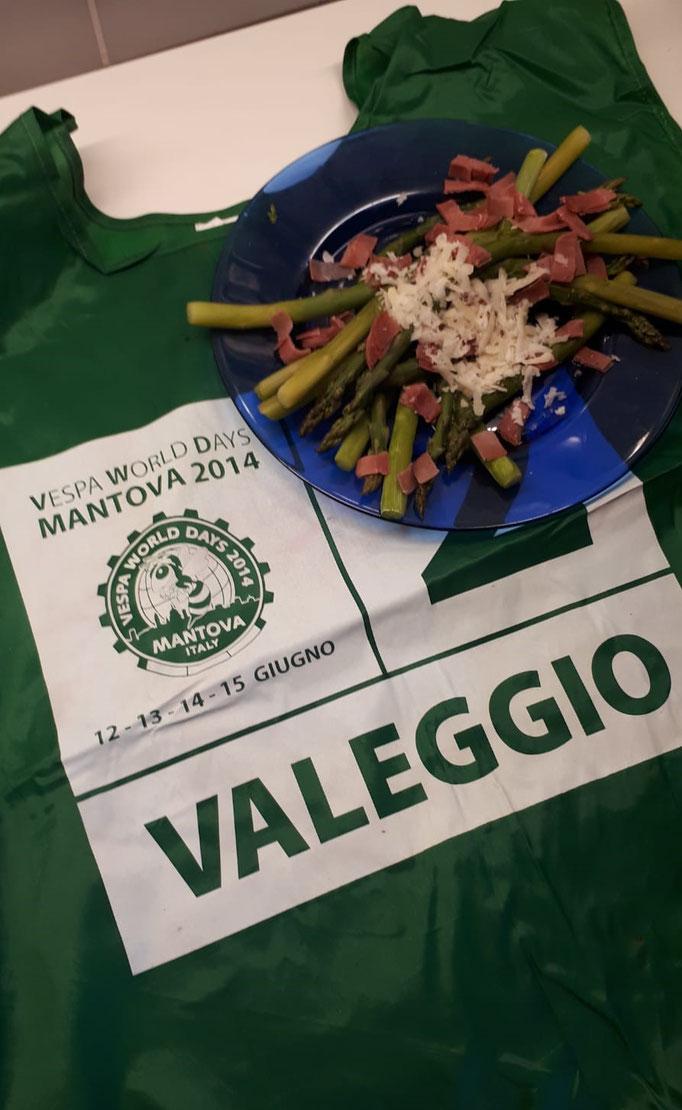 Spargel No 1. Dazu das Leibchen von der Valeggio-Ausfahrt bei den Vespa World Days Mantova 2014. Auch davon würde ich mich trennen.