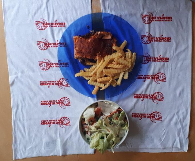 Lecker Lachs. Der Salat besteht zum Großteil aus Zutaten aus unserem Garten. Von einem der Halstücher der Vespa World Days 2015 in Kroatien würde ich mich trennen.