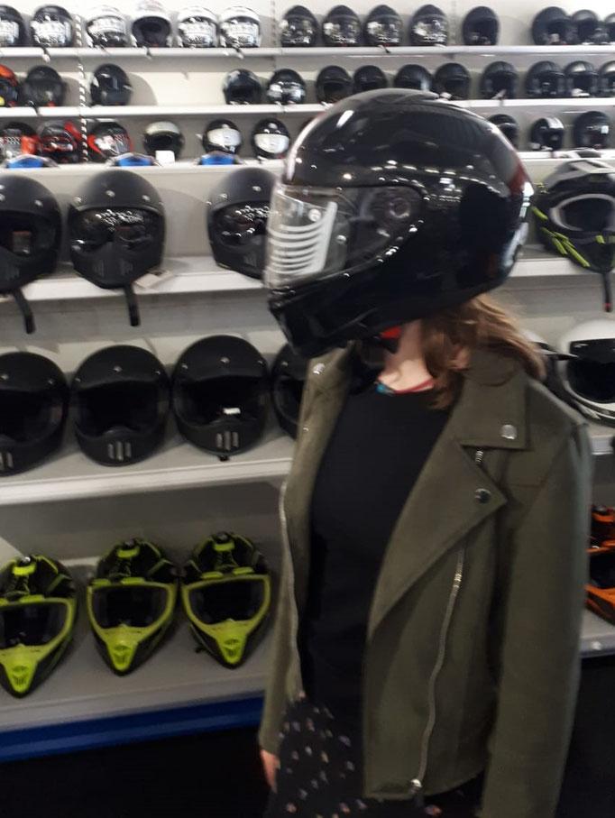 Den Helm haben wir schon mal besorgt. Den Resteinkauf haben wir noch vor uns.