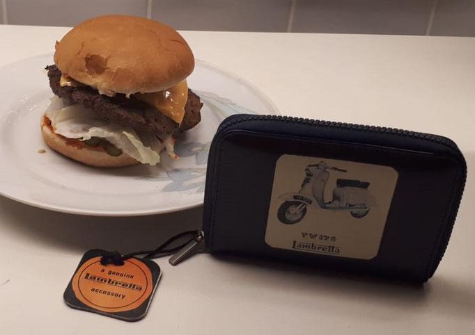 Von einem Burger kann man ja nicht satt werden! Normaler Burger mit Lambretta TV 175-Geldbörse. Neu, unbenutzt und Original-Produkt. Angebote gerne direkt an mich.