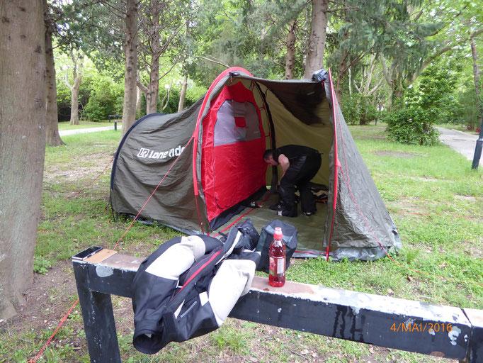....jetzt nur noch schnell das Zelt zusammen legen!