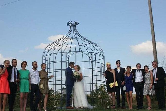les mariés et leurs temoins sous la gloriette