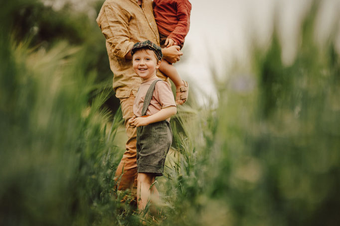 Lena Feelings, Familienfotografin Berlin, Kinderfotograf in Berlin, Familienfotoshooting draußen, Familien-Fotosession in Berlin, Familienfotosession in den Blumenfeldern, Fotoshooting in dem Feld, Natürliches Fotoshooting Berlin, Kinderfotografie
