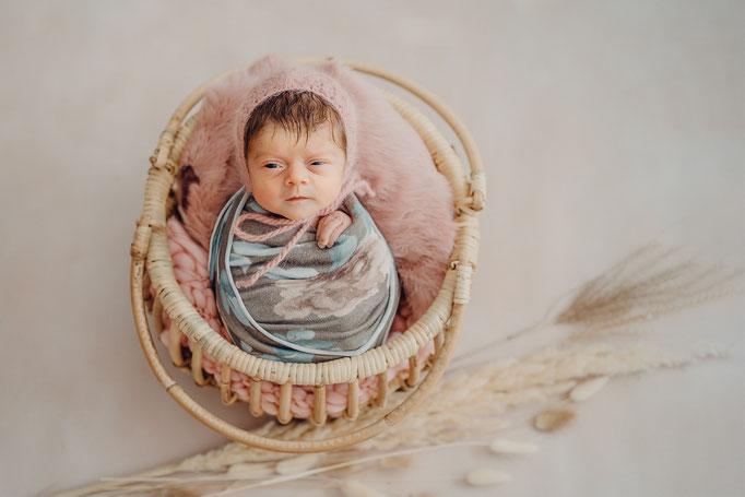 Homestory mit Baby Berlin, Familienfotograf in Berlin, Babyfotograf in Berlin, Neugeborenen Fotograf in Berlin, Babyfotosession Berlin, Babyfotoshooting Berlin, Babyfotoshooting zuhause Berlin, Lifestyle newborn photosession, Blitzlicht bei Babyfotografie