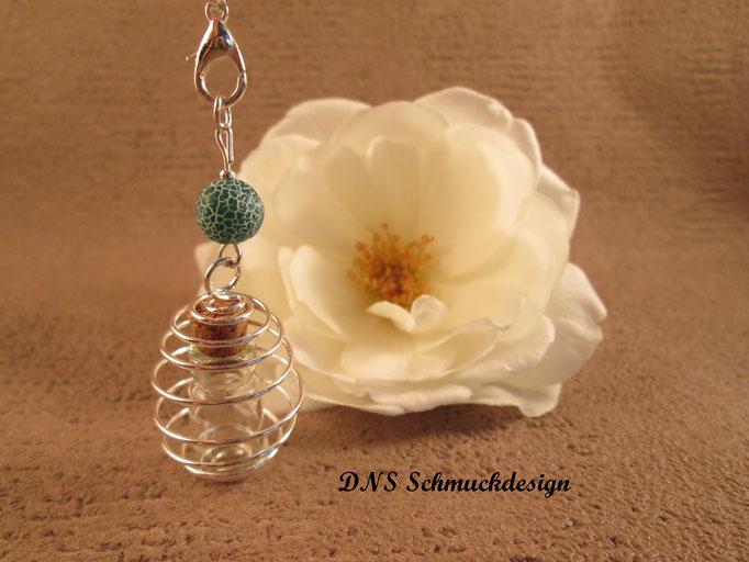 Glasfläschchen im Perlenkäfig