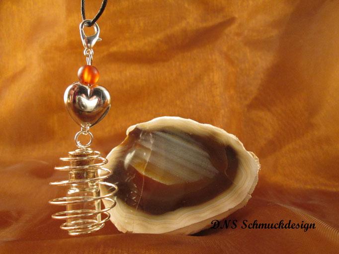 Glasfläschchen im Perlenkäfig mit Herz