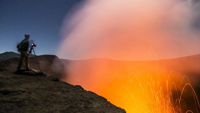 Dem Vulkan ganz nahe – Selfie am Mt. Yasur, Insel Tanna, Vanuatu/Very Close to the Volcano - Selfie at Mt. Yasur, Tanna Island, Vanuatu © martinsieringphotography