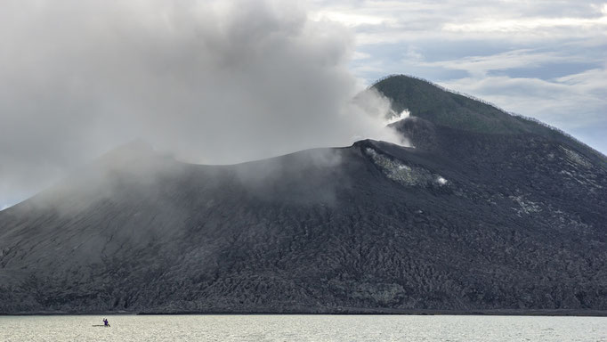 Großer Vulkan Tavurvur und kleiner Kajakfahrer auf Papua Neuguinea/Big volcano Tavurvur and little kayaker on Papua New Guinea © martinsieringphotography