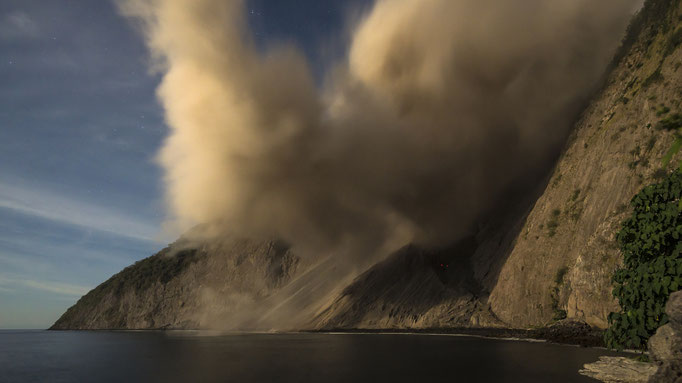 Pyroklastischer Strom vom Vulkan Batu Tara in Indonesien/Pyroclastic stream from volcano Batu Tara in Indonesia © martinsieringphotography