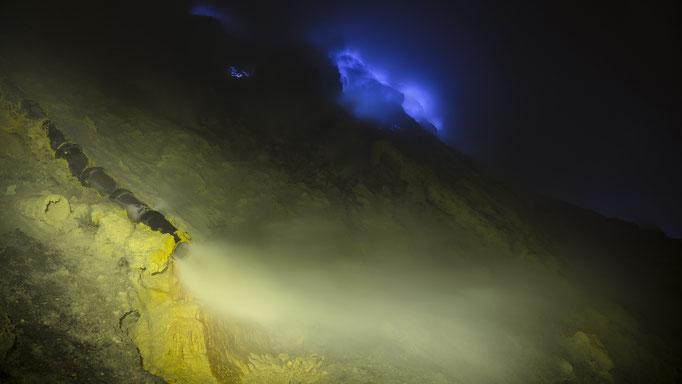 Schwefelgas tritt aus dem Boden des Vulkan Ijen auf Java, kühlt ab, wird fest, entzündet sich wieder & brennt Blau/Sulfur gas comes out of the bottom of volcano Ijen on Java, cools down, solidifies, ignites again and burns blue © martinsieringphotography
