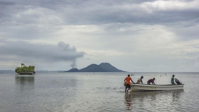Blick auf den Vulkan Tavurvur, Papua-Neuguinea/View of the volcano Tavurvur, Papua New Guinea © martinsieringphotography