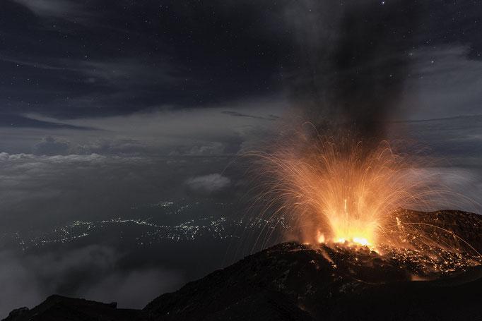 "Der ""Unberechenbare"" Vulkan Semeru 3767m, höster Berg Javas - Indonesien, Java/The ""Unpredictable"" volcano Semeru 3767m/Java's highest mountain - Indonesia, Java  © martinsieringphotography"