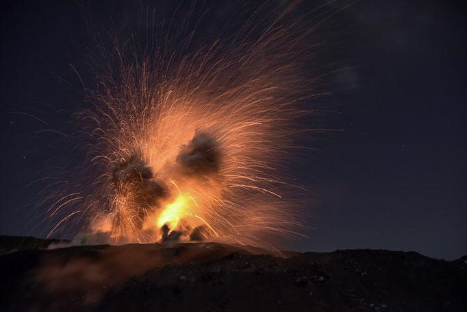 "Nächtliche Eruption des Vulkan IBU ""Die Schöne"" (Dt.: Mutter)  - Indonesien, Molukken/Eruption of the volcano IBU ""The Beautiful"" (Eng .: the mother) - Indonesia, Moluccas © martinsieringphotography"