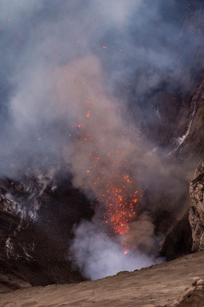 Hier werden grade Steine gebohren - Und das alle 5min, mindestens seit 500 Jahren - Vulkan Yasur - Vanuatu/Here are just stones born - And every 5 minutes, at least for 500 years - volcano Yasur - Vanuatu © martinsieringphotography