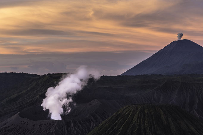 "Vulkan Bromo ""Der Sanfte"" bei Sonnenaufgang  - Indonesien, Java/Volcano Bromo ""The Gentle"" at sunrise - Indonesia, Java © martinsieringphotography"