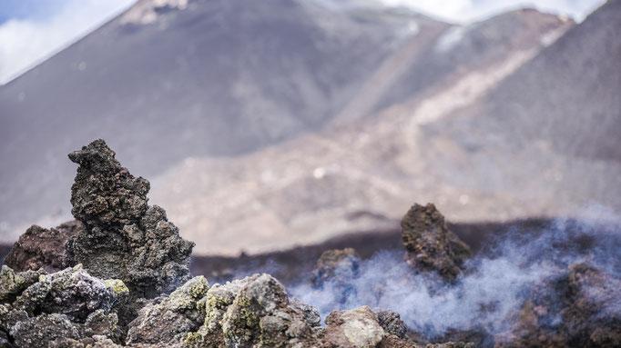 Erstarrter, noch nicht ganz abgekühlter Lava Flow vor dem Gipfelkrater des Etna/Frozen, not quite cooled lava flow in front of the summit crater of Etna © martinsieringphotography