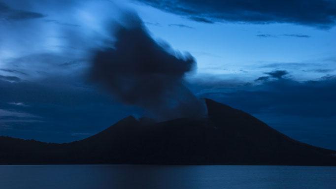Vulkan Tavurvur auf Papua Neuguinea zur blauen Stunde/Volcano Tavurvur on Papua New Guinea at the blue hour © martinsieringphotography