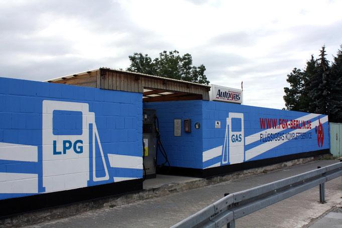 Wandgestaltung Tankstelle mit Firmenkunst-Berlin -Fassadenmalerei