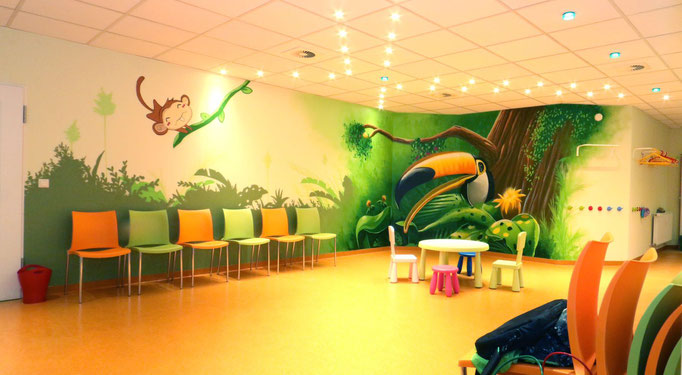 Kinderarztpraxis Warteraum neu gestaltet mit Wandpostern aus der Graffitidose vom Künstler