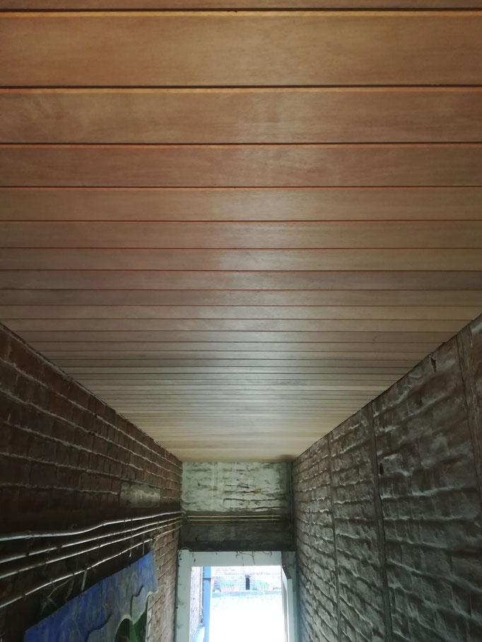 faux-plafond en méranti dans un couloir semi-extérieur