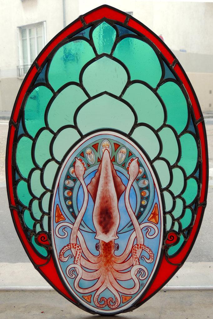 Calamar Mucha, technique du vitrail au plomb, peinture sur verre (grisailles et émaux).