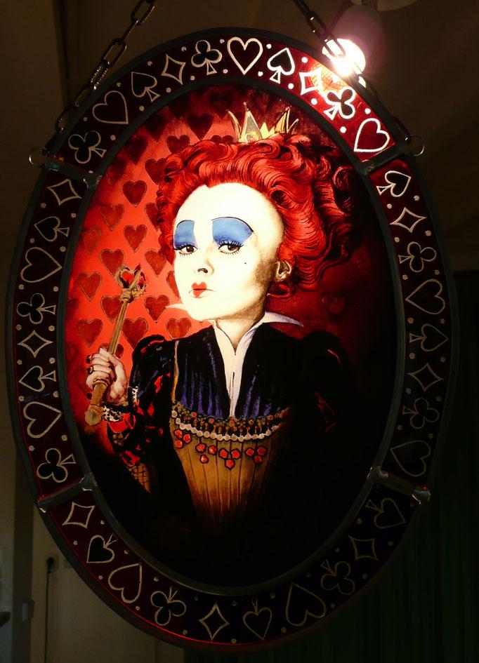 Reine de Cœur, portrait réalisé en peinture sur verre (grisailles et émaux), peint à la main.