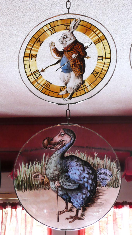 Suspensions Lapin blanc et Dodo d'après les illustrations de John Tenniel, peinture sur verre (grisailles et jaune d'argent)