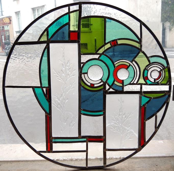 Oculus Marin, technique du vitrail au plomb et Tiffany (cuivre). Les empreintes d'algues et oursins sont réalisées en pâte de verre et sont donc en volume.