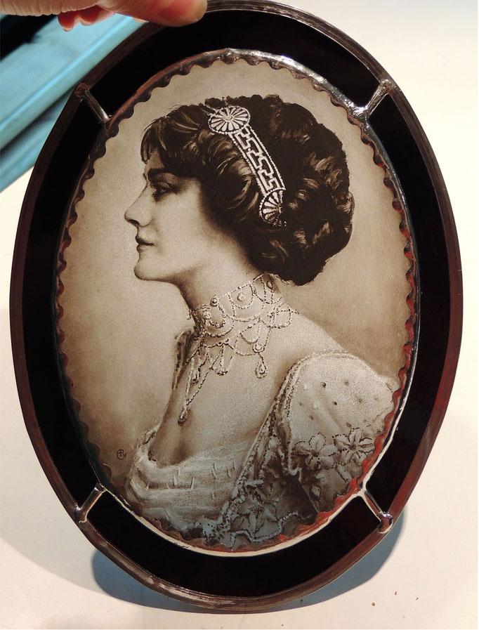 Portrait fait à partir d'une photo,  peint à la main sur verre (grisaille).