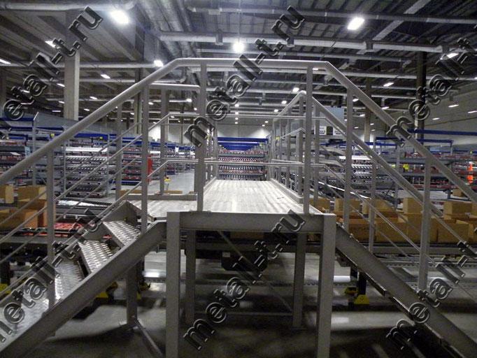 Техническая лестница с переходной площадкой через конвейер