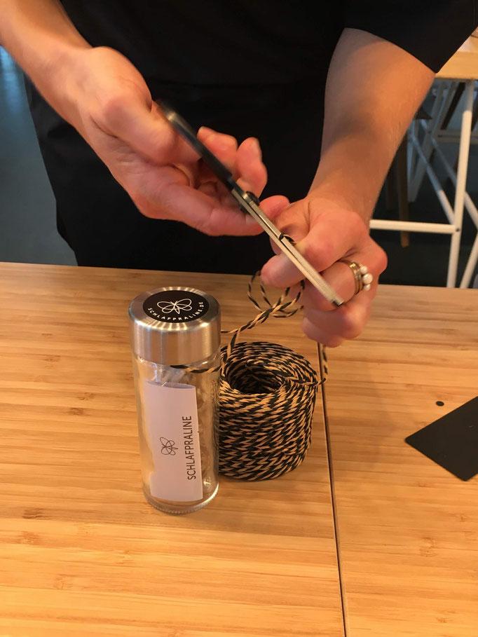 Sieht schick aus und kann immer wieder verwendet werden: Ein Gewürzglas als Verpackung für die Schlafpralinen
