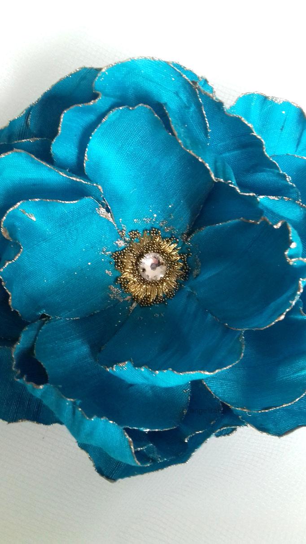 Accessoire coiffure, fleur en tissu de soie sauvage, brodé et ornée d'un strass Swarovsky et de mini-billes,  réalisation Maria Salvador artisan à Paris