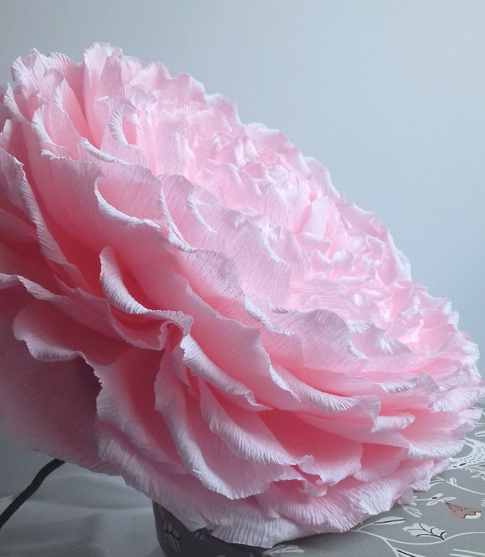 Création d'une rose géante en papier avec tige