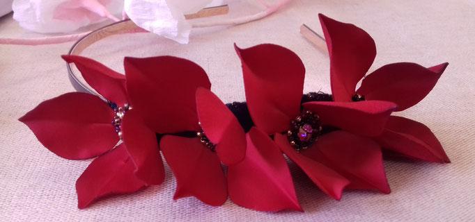 serre tête ornée  de fleurs en tissu brodées avec de mini perles en verre et de strass Swarovsky