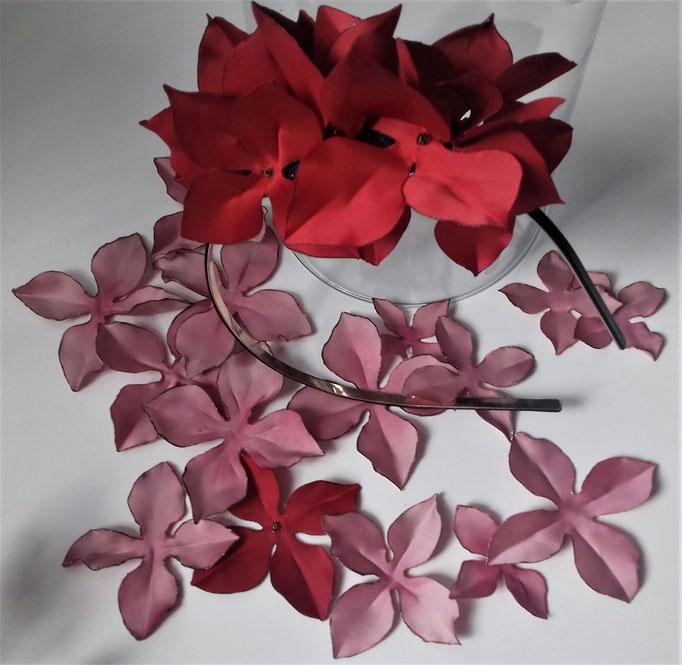 Serre-tête ornée de fleurs tissu satin rouge réalisation Maria's