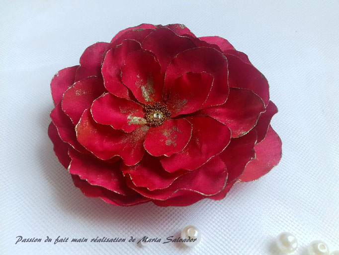 Création fleur en tissu de soie satin rouge atelier Maria'S
