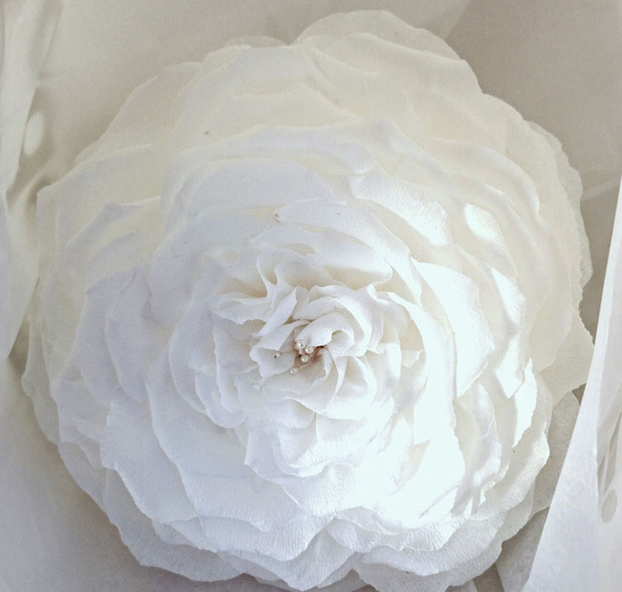 Rose géante en papier crépon décoration mariage création atelier de fleurs en papier
