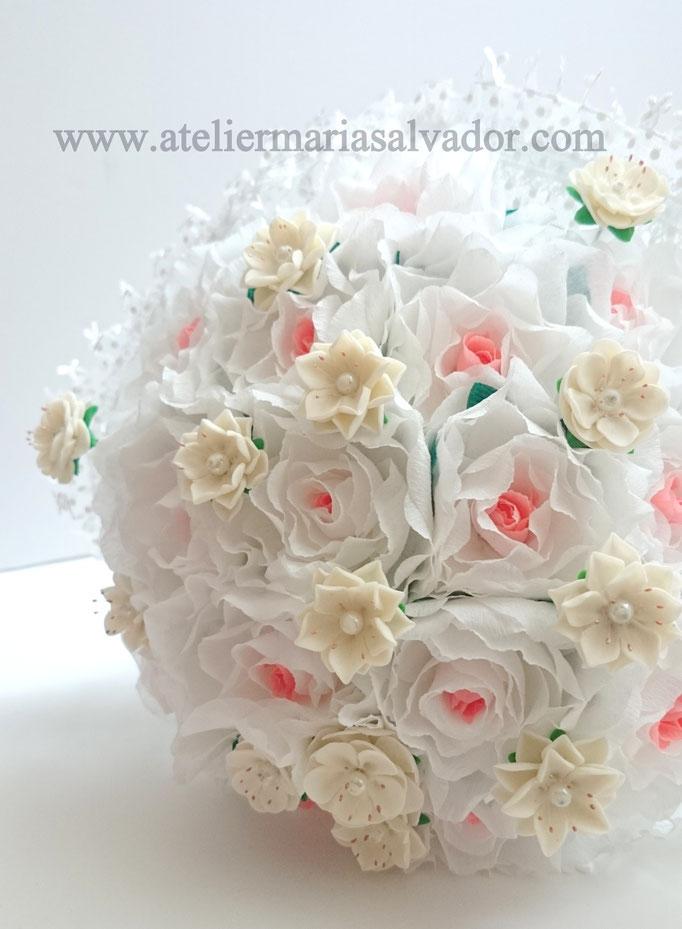 Création spéciale décoration mariage ,boule de fleurs en papier crépon et en porcelaine froide