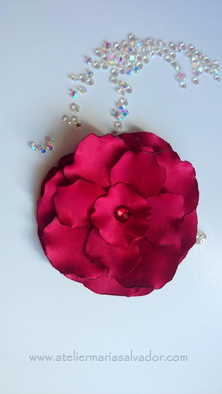 fleur pince à cheveux réalisée en tissu de soie sauvage, création brodée, réalisée par Maria Salvador