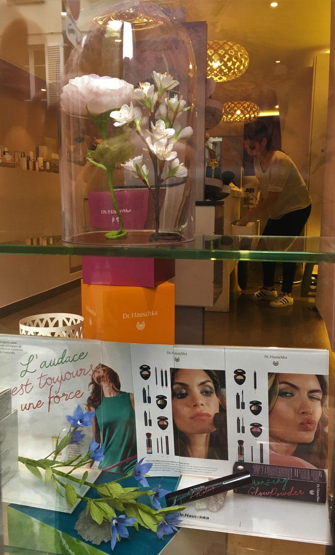 Décoration vitrine paris -rose design papier crépon spécial fleuriste