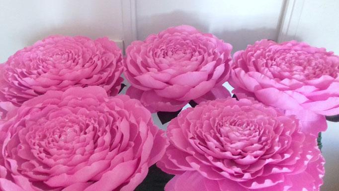 Fleurs géantes en papier cépon avec tige et socle décoration événementiel création atelier Maria'S