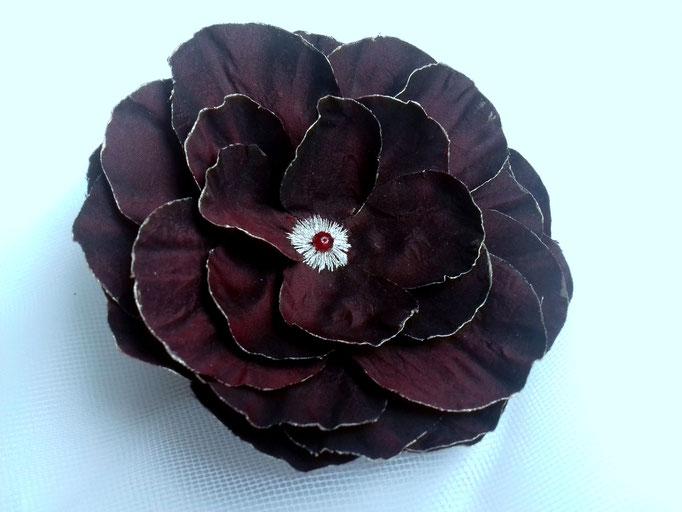 fleur en tissu de soie , création brodée strass Swarovsky, réalisée par Maria Salvador
