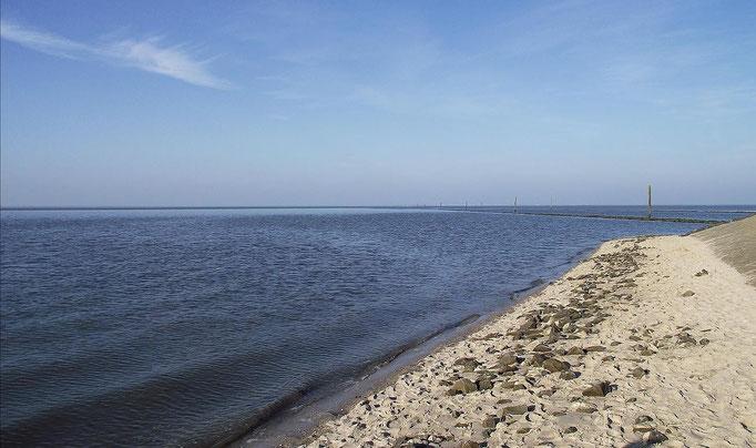 Fährstrecke zur Insel Spiekeroog (im Hintergrund zu sehen)