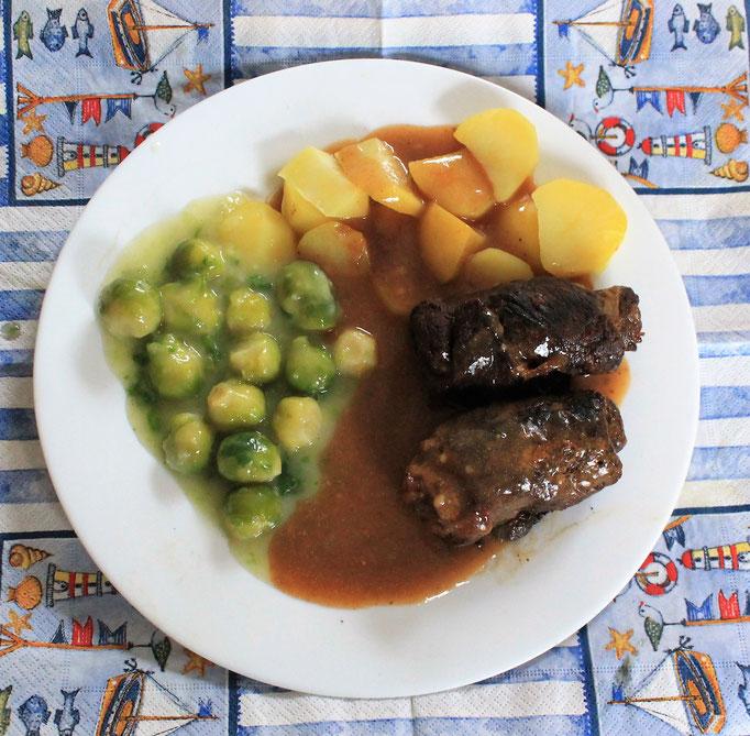 01.09.2019 Rinderroulade, Kartoffeln und Soße mit Rosenkohl in einer Soße